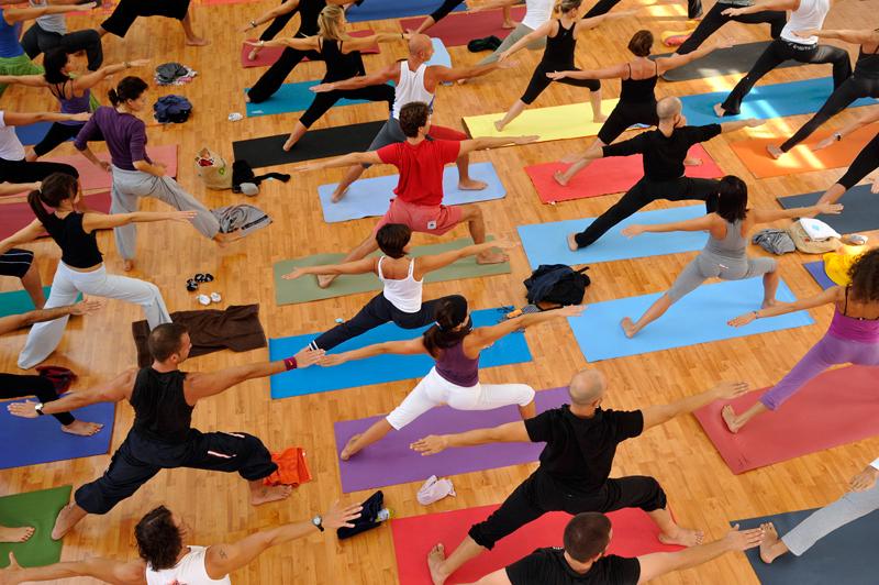 lezione-di-yoga-in-gruppo